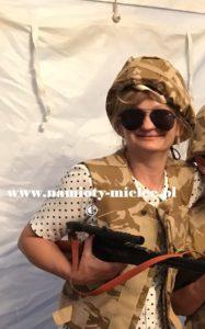 Żołnierz Pustynna Burza, kask kamizelka, okulary i kałasznikow